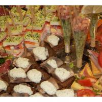 Hapjes schotel Deluxe<br>Diverse luxe vishapjes o.a. mini garnalencocktails, mini sandwiches