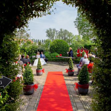 Liefbruidspaar - Kelly en Ted, in de prachtige trouwtuin van Herberg Vlietzigt in Rijswijk